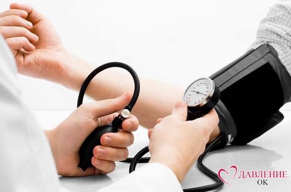 Измерение давления танометром
