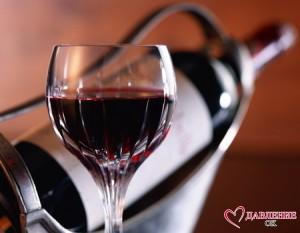 Налитый бокал красного вина