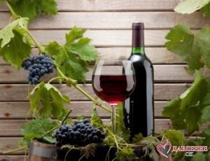 Бутыль и фужер красного вина