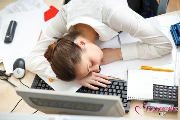 Девушка лежит за компьютером