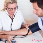 врач замеряет давление у мужчины
