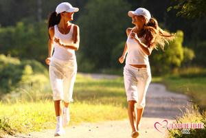 две девушки бегут по дороге