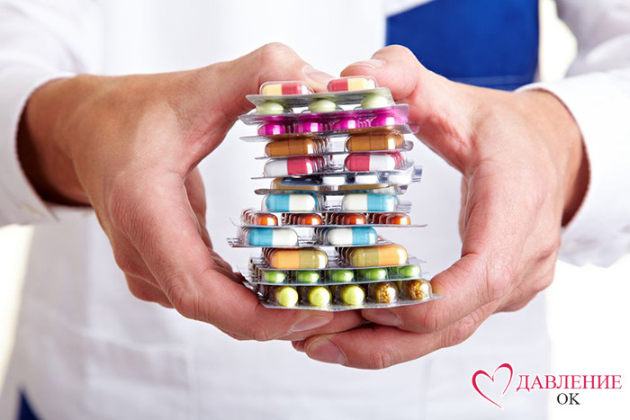 руки с таблетками